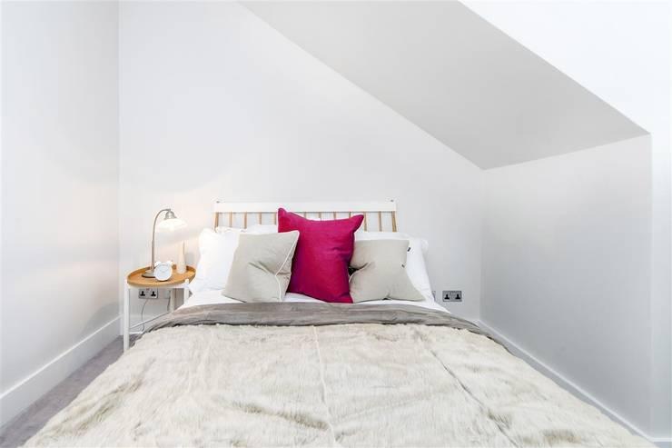 Tregunter Road:  Bedroom by Maxmar Construction LTD
