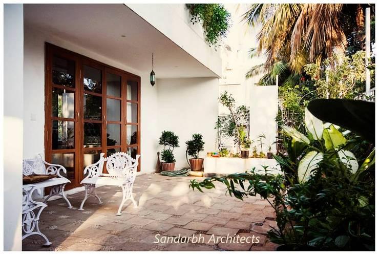 Rahaman's residence:  Terrace by Sandarbh Design Studio