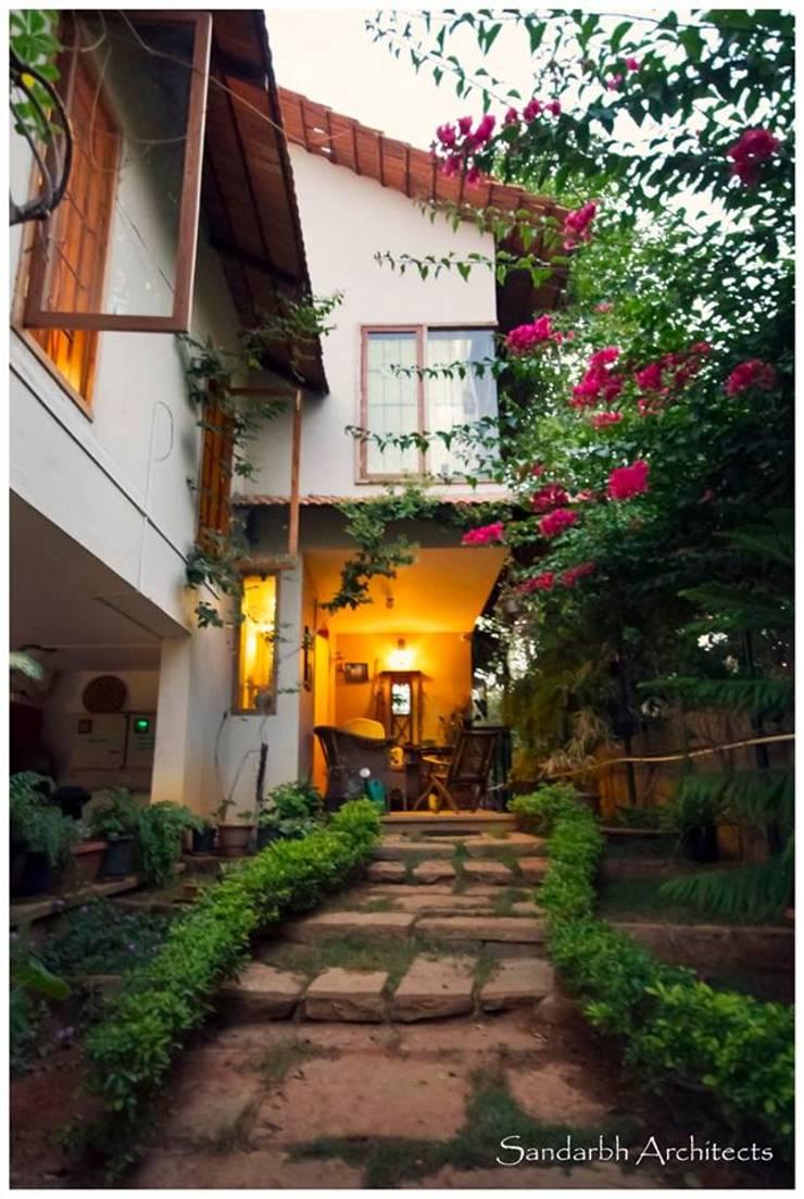 Saravan—The Singh's residence:  Garden by Sandarbh Design Studio,Eclectic