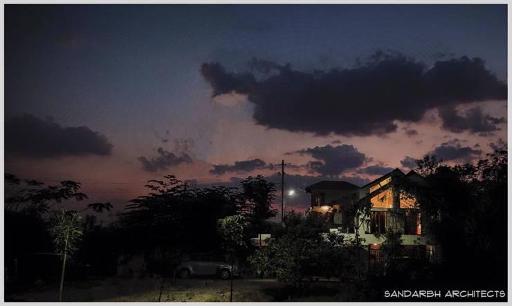 Saravan—The Singh's residence:  Houses by Sandarbh Design Studio,Eclectic
