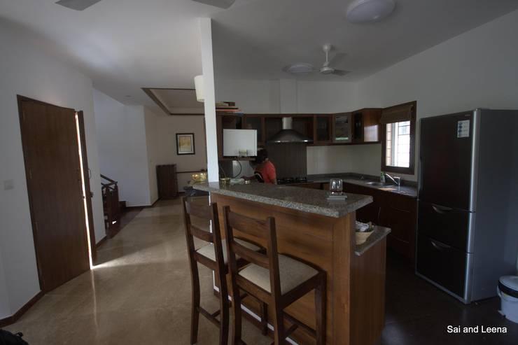 Kannan - Sonali and Gaurav's residence:  Kitchen by Sandarbh Design Studio