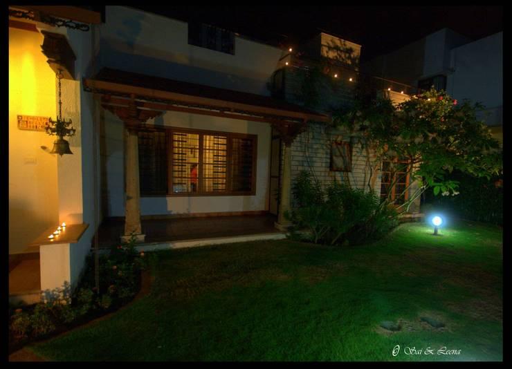 Temple Bells - Arati and Sundaresh's Residence:  Garden by Sandarbh Design Studio