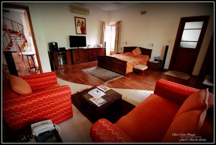 Temple Bells - Arati and Sundaresh's Residence:  Bedroom by Sandarbh Design Studio