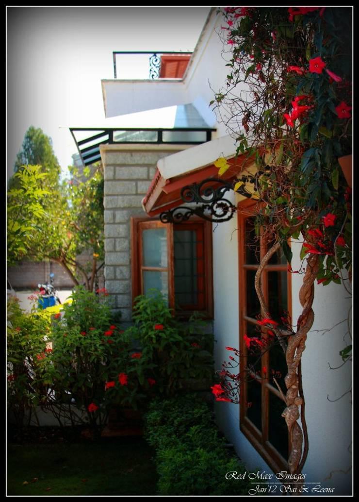 Temple Bells—Arati and Sundaresh's Residence:  Houses by Sandarbh Design Studio,Eclectic
