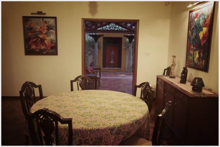 Temple Bells - Arati and Sundaresh's Residence:  Dining room by Sandarbh Design Studio