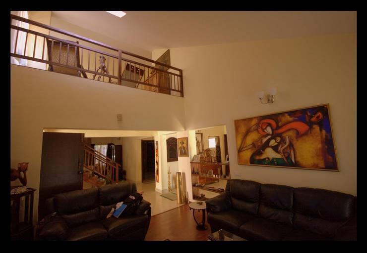 Captain Vijendra—Renovation:  Living room by Sandarbh Design Studio