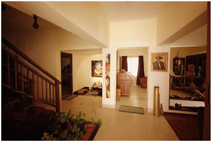 Captain Vijendra—Renovation:  Corridor & hallway by Sandarbh Design Studio