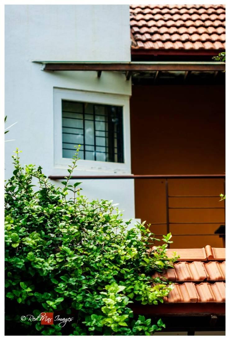 Kaivalya—Bhaskar's residence:  Balconies, verandas & terraces  by Sandarbh Design Studio