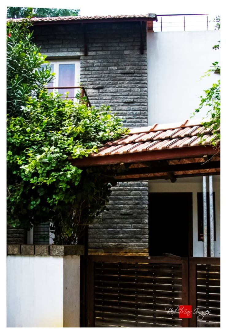 Kaivalya—Bhaskar's residence: eclectic Living room by Sandarbh Design Studio