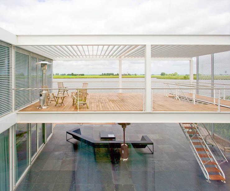 Steel Study House II:  Terras door Archipelontwerpers, Modern IJzer / Staal