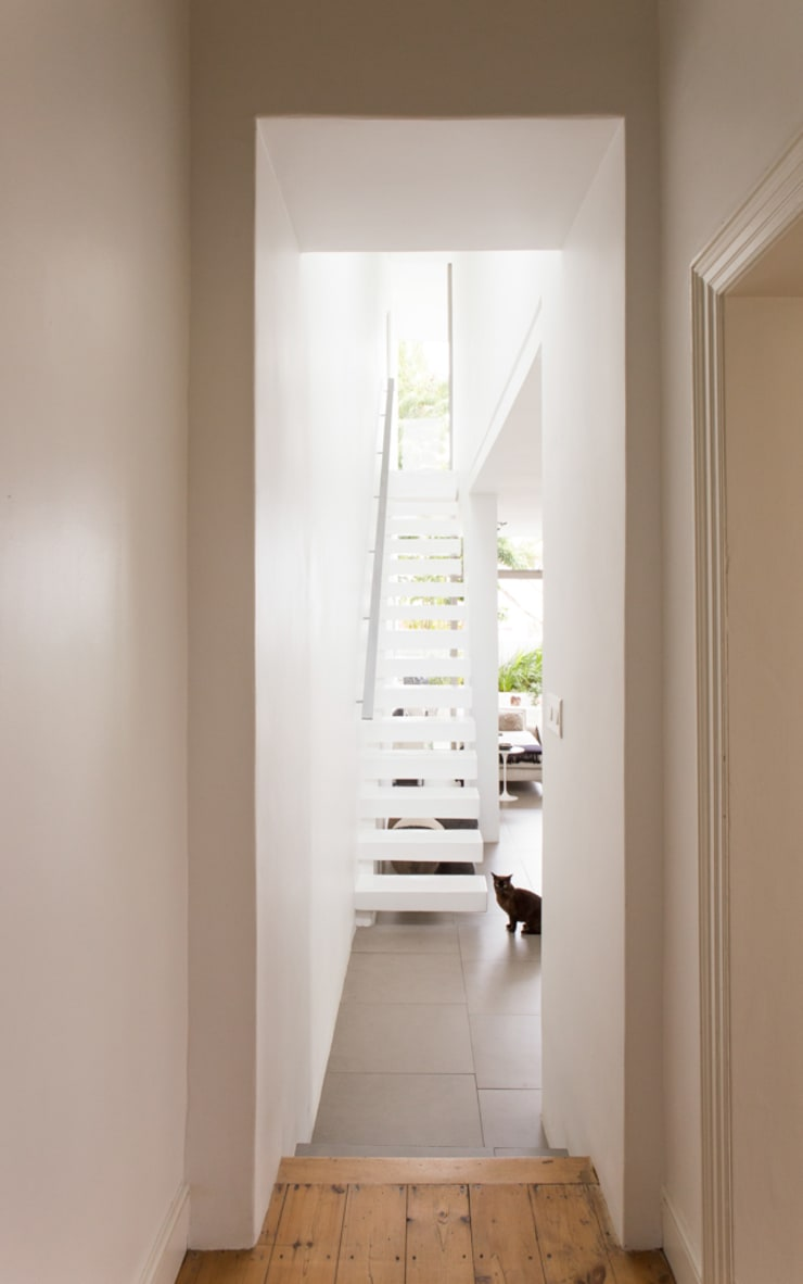 NEW HOUSE GARDENS, CAPE TOWN:  Corridor & hallway by Grobler Architects, Minimalist