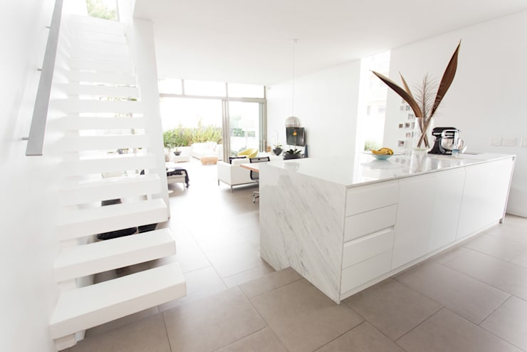 NEW HOUSE GARDENS, CAPE TOWN:  Kitchen by Grobler Architects, Minimalist Marble