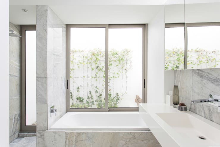 NEW HOUSE GARDENS, CAPE TOWN: minimalistic Bathroom by Grobler Architects