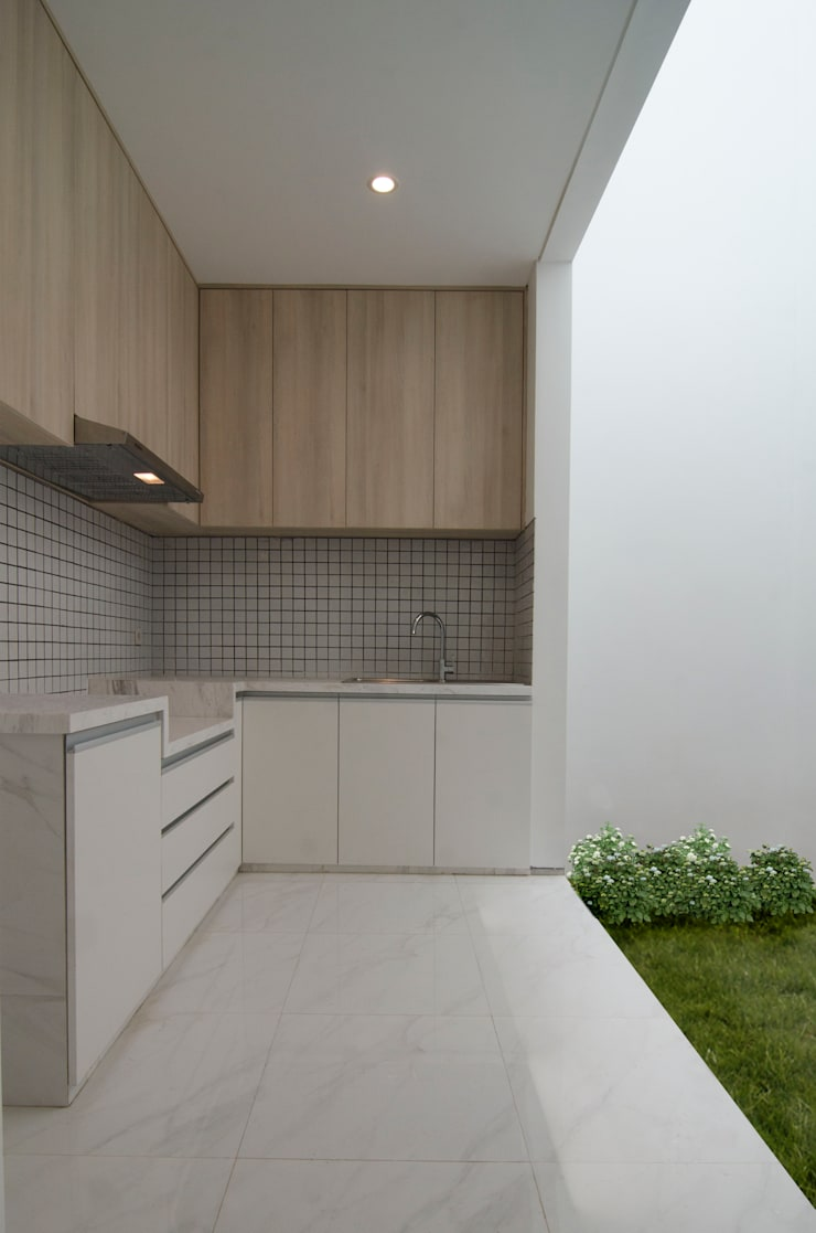 A House:  Kitchen by KOMA living interior design