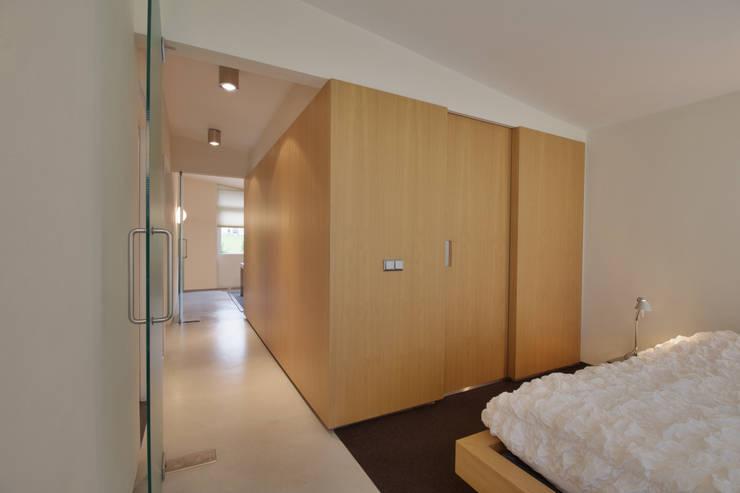 interieur C te Klimmen:  Kleedkamer door CHORA architecten, Modern