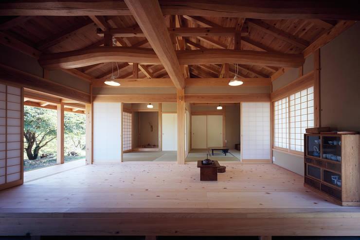 通り庭から見る板の間と和室: 木造伝統構法 惺々舎が手掛けたリビングです。