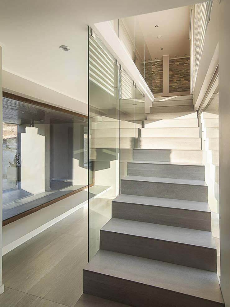 Casa Patio: Pasillos y hall de entrada de estilo  por Bauer Arquitectos