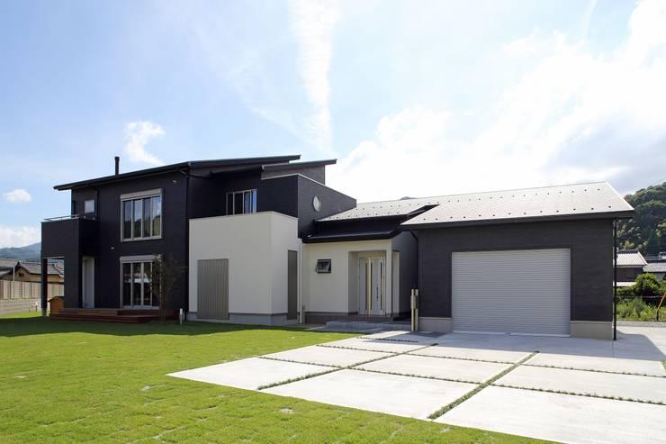 (仮称)暮らしを育むインナーガレージと土間のある和モダンコートハウス: やまぐち建築設計室が手掛けた一戸建て住宅です。
