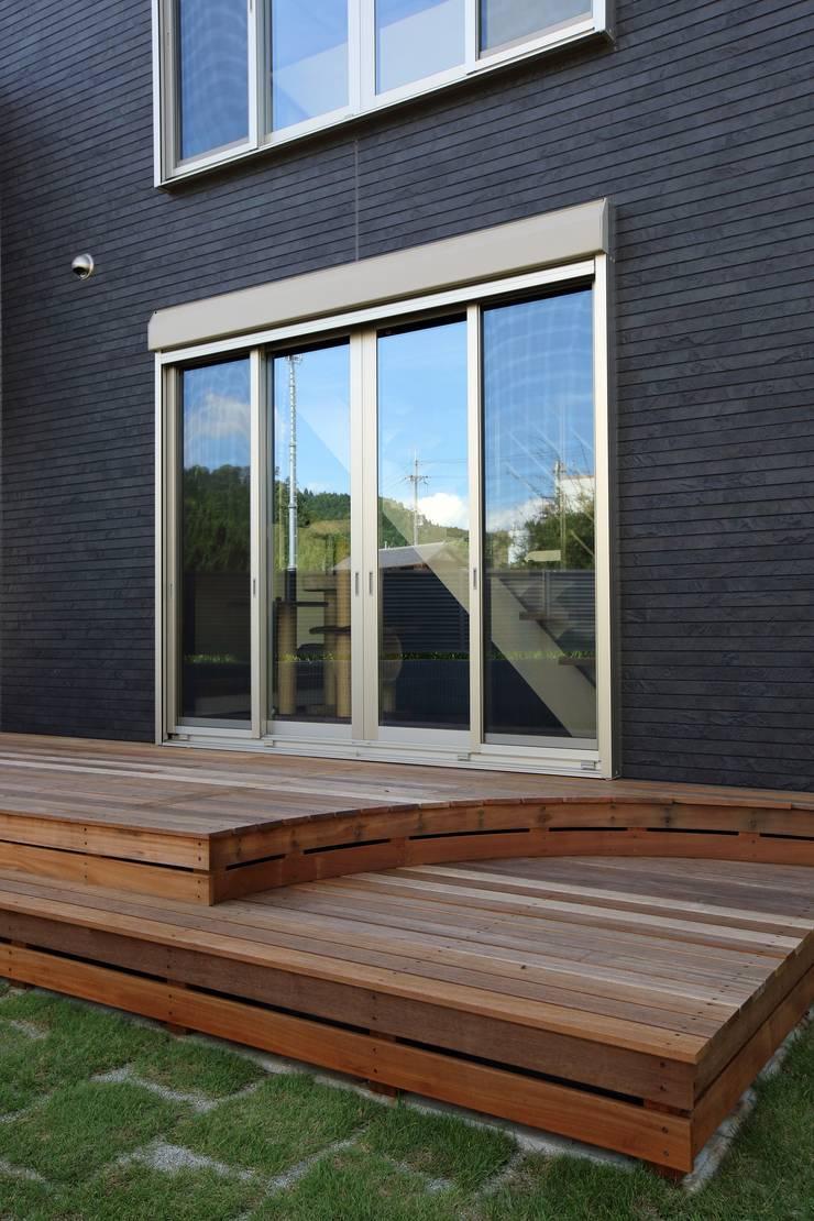 LDK・リビングと外観を彩るウッドデッキ: やまぐち建築設計室が手掛けたアプローチです。