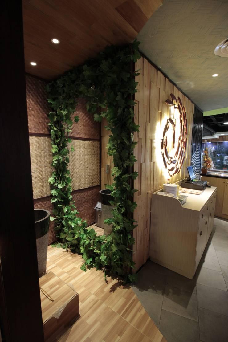 Lavatory area:  Restoran by Kottagaris interior design consultant
