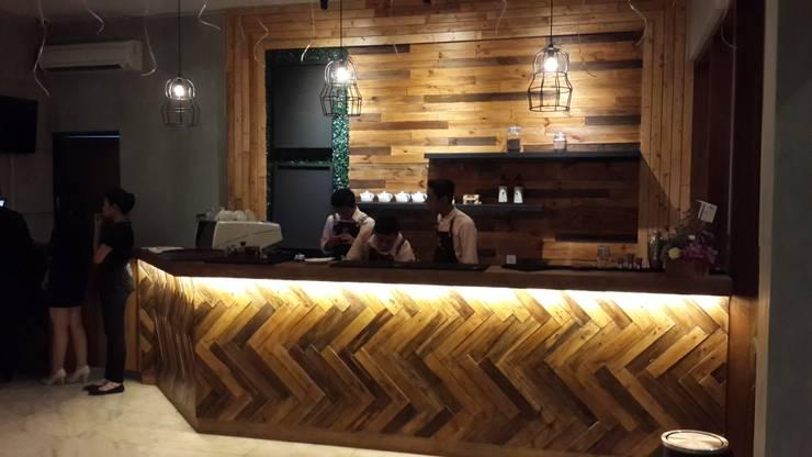 Bar area:  Restoran by Kottagaris interior design consultant