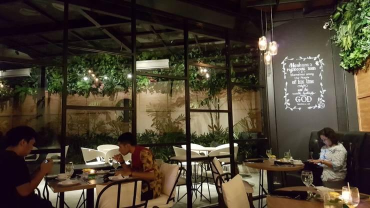 Back on the dine in area:  Restoran by Kottagaris interior design consultant