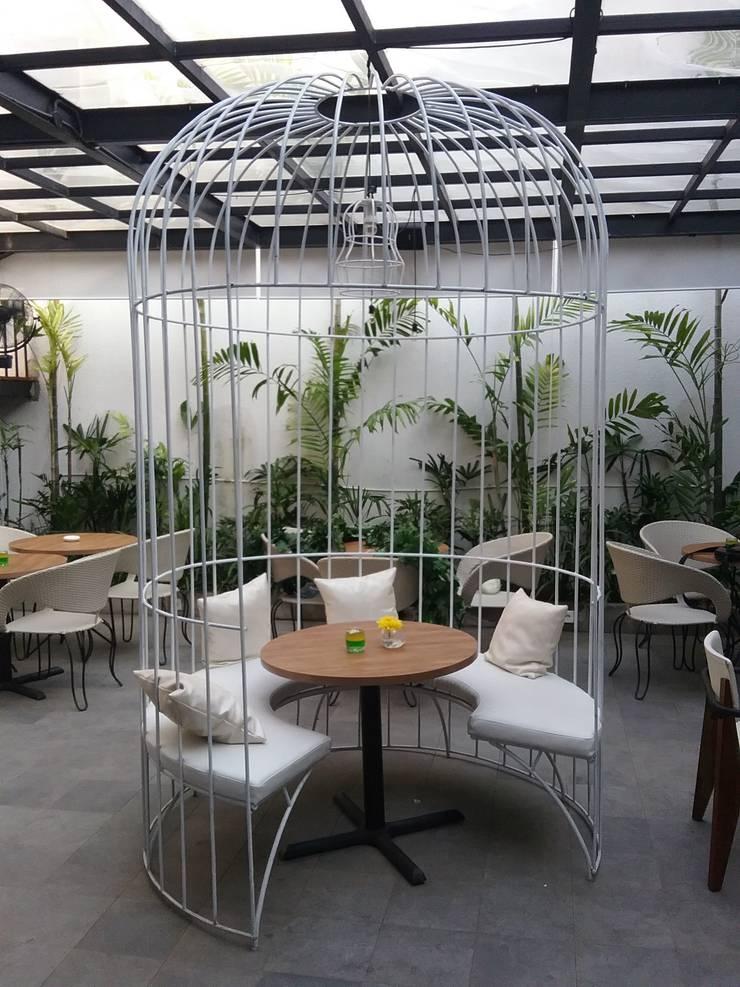 Outdoor area with bird cage spot:  Restoran by Kottagaris interior design consultant