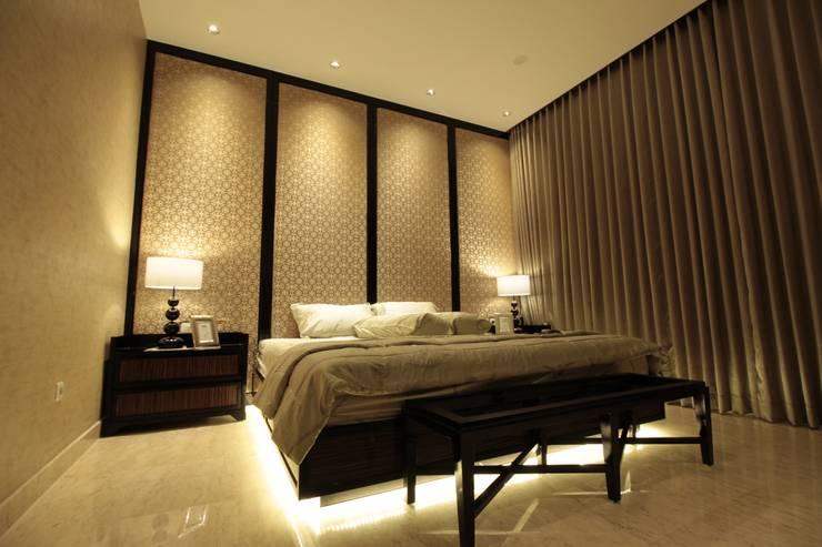 Master bedroom:  Kamar Tidur by Kottagaris interior design consultant