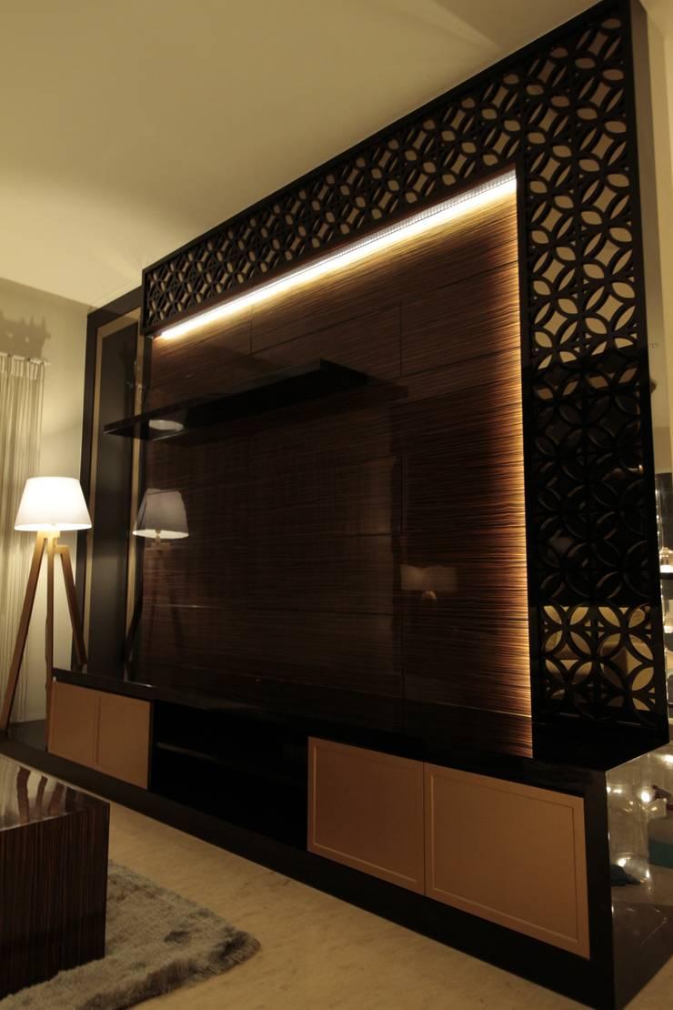 Tv cabinet:  Ruang Keluarga by Kottagaris interior design consultant