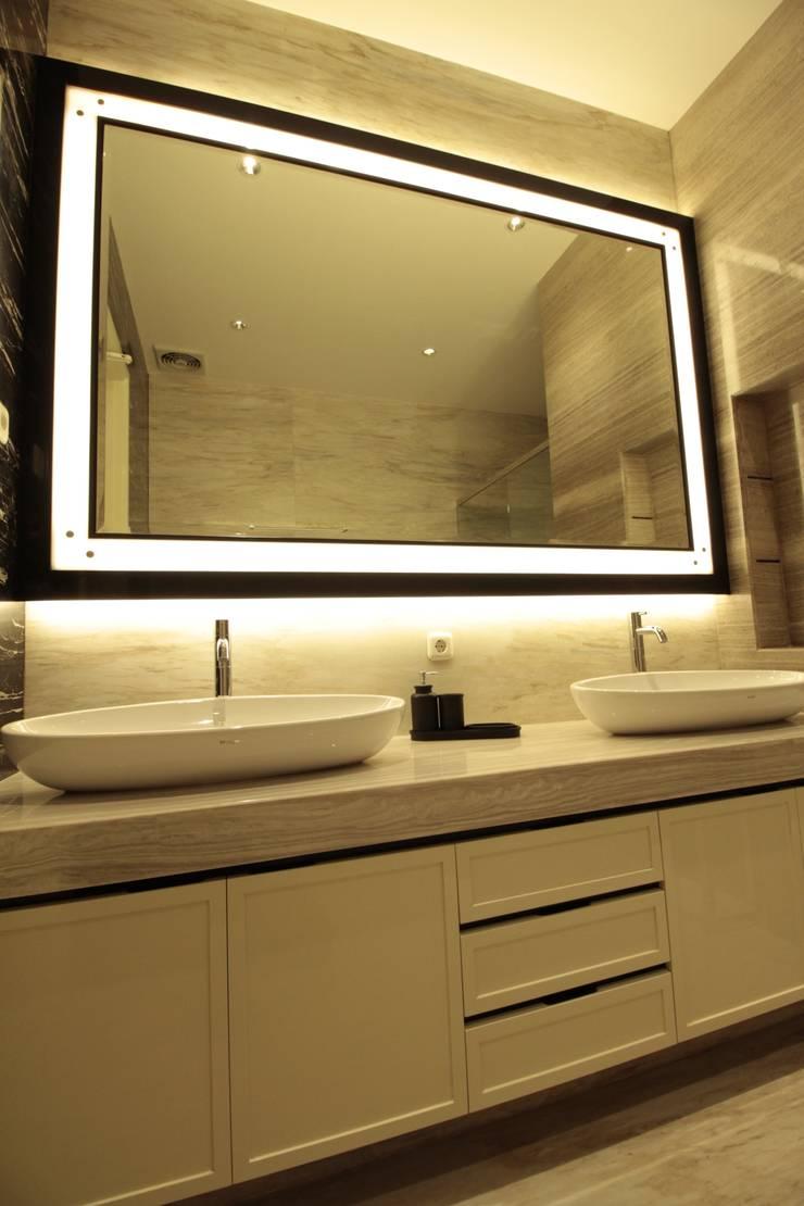 Master bathroom:  Kamar Mandi by Kottagaris interior design consultant