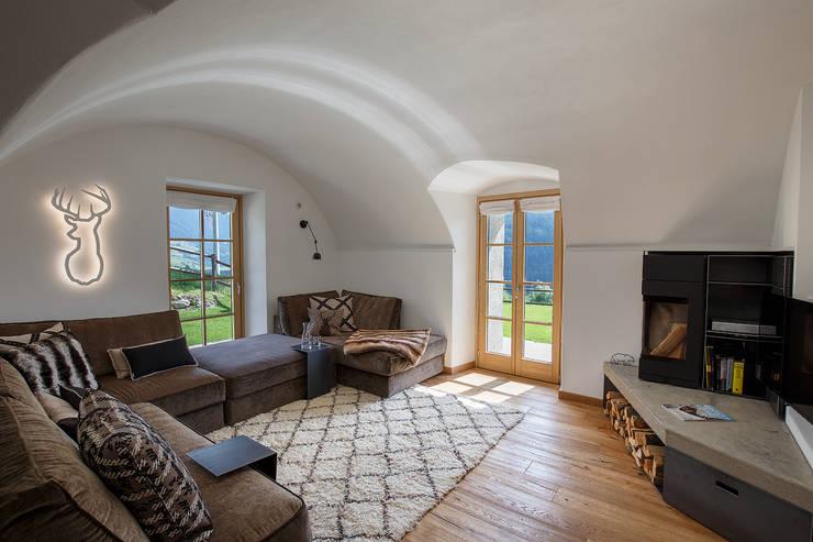 Vault House: Soggiorno in stile  di BEARprogetti - Architetto Enrico Bellotti