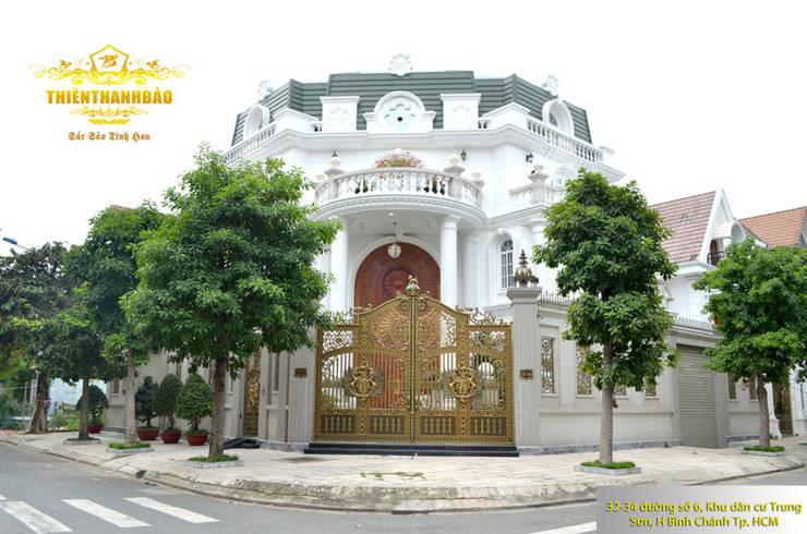 Cổng nhôm đúc buckingham thoáng tại nhà khách hàng:  Biệt thự by Cổng nhôm đúc Thiên Thanh Bảo