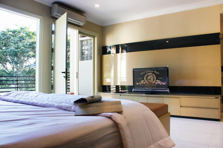 Graha family Blok J: modern Bedroom by KOMA living interior design