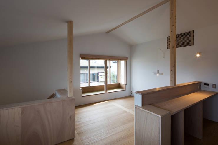 南戸塚の住居/House in Minamitotsuka: 平山教博空間設計事務所が手掛けたリビングです。