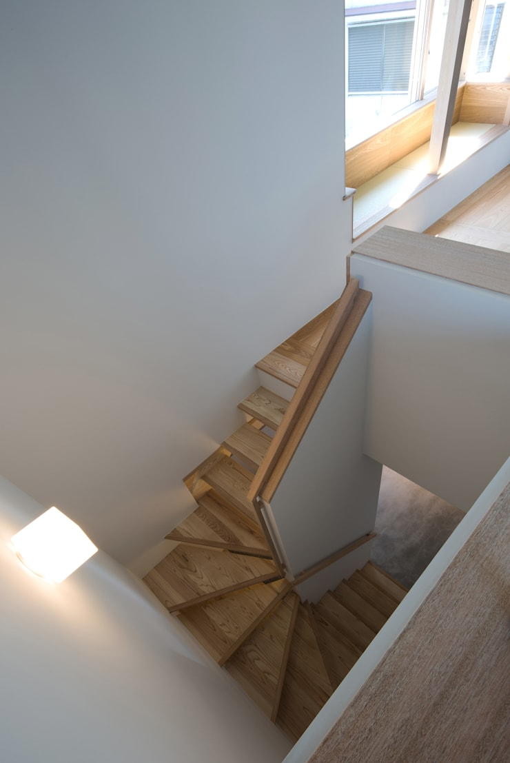 南戸塚の住居/House in Minamitotsuka: 平山教博空間設計事務所が手掛けた廊下 & 玄関です。