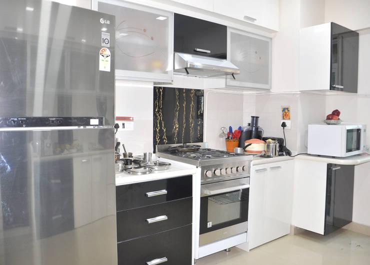 Kitchen: modern Kitchen by Shrishti Associates