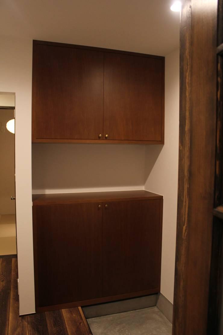 "U HOUSE ""Wall Storage"": コト が手掛けたスカンジナビアです。,北欧 木 木目調"