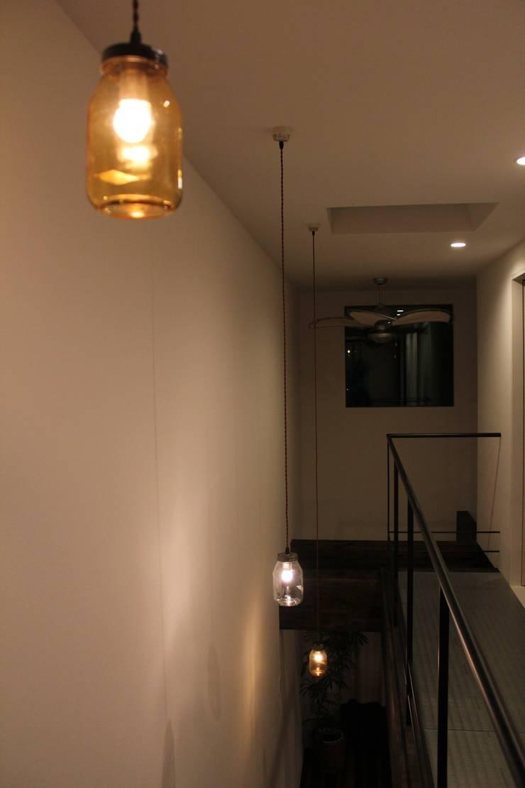 "U HOUSE ""Wall Storage"": コト が手掛けたスカンジナビアです。,北欧 ガラス"