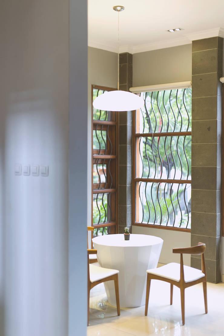 BN Elok I House:  Koridor dan lorong by INK DESIGN STUDIO