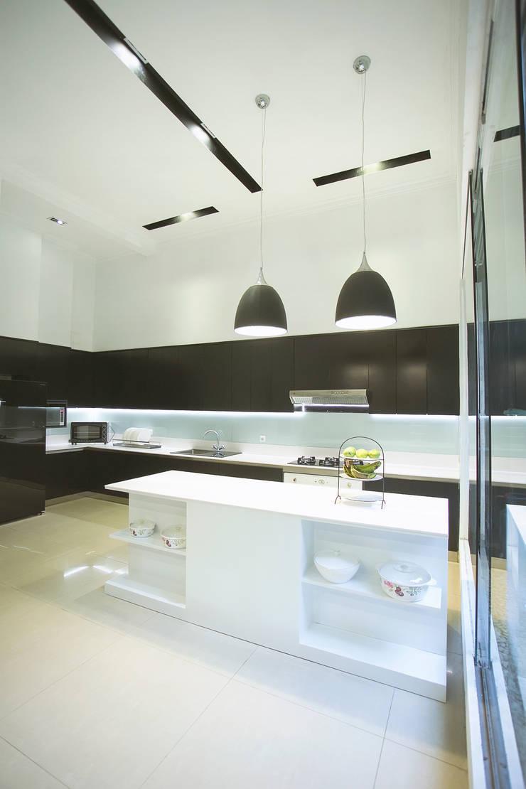 BN Elok I House:  Dapur by INK DESIGN STUDIO
