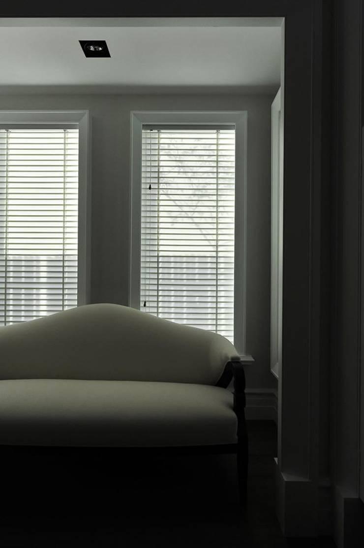 主臥休憩沙發:  臥室 by 原形空間設計