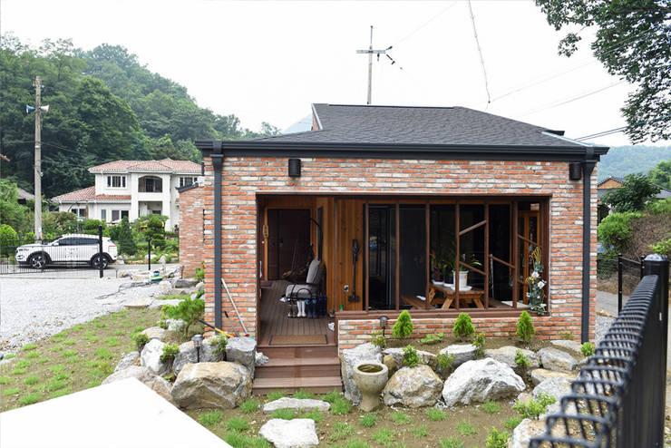 주택 현관: 한다움건설의  목조 주택