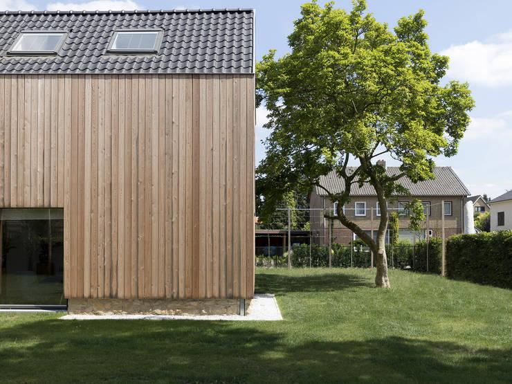 Overgang van tuin naar huis:  Houten huis door De Nieuwe Context, Eclectisch Hout Hout