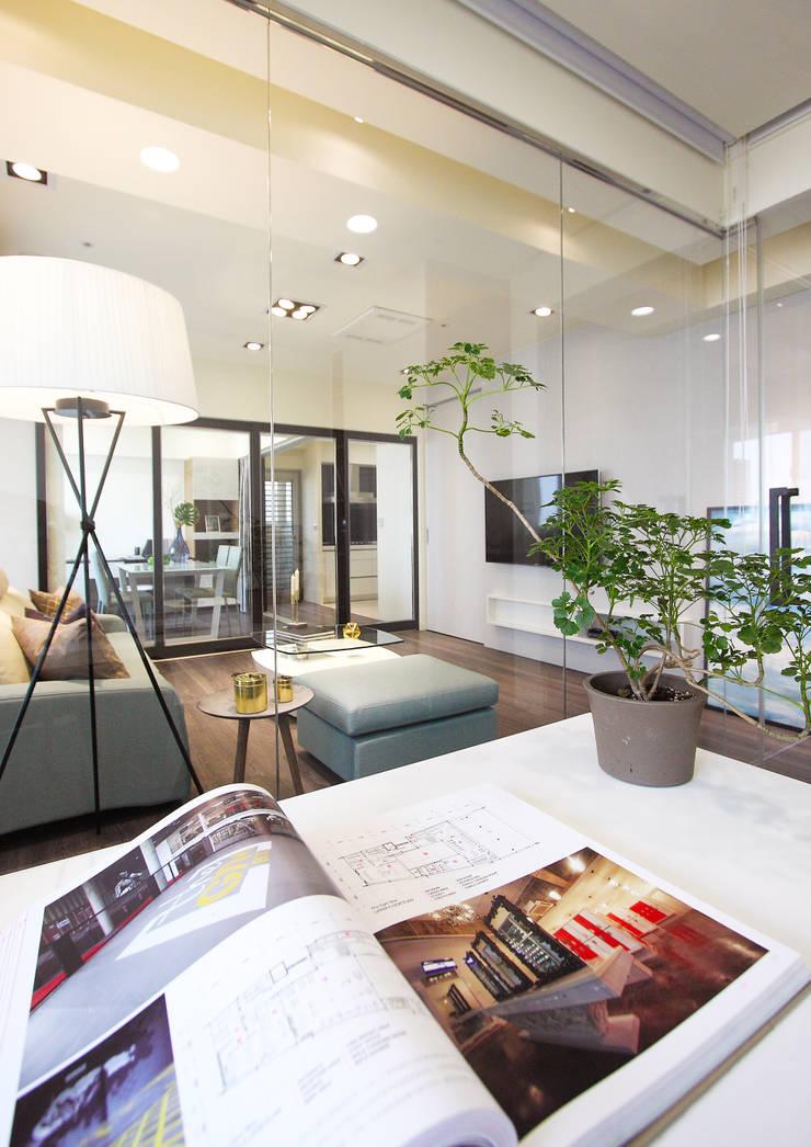 私宅/ Kaohsiung:  書房/辦公室 by 陳府設計 Chenfu Design