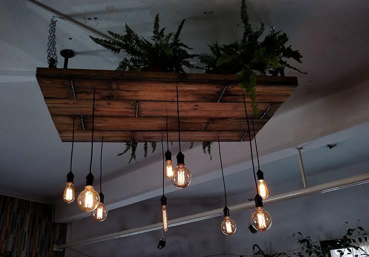 INDUSTRIAL VINTAGE LAMPARA DE TECHO EDISON: Oficinas y locales comerciales de estilo  por Lamparas Vintage Vieja Eddie