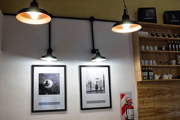 GALPONERA COLGANTE APLIQUE PARED PANTALLA GALPONERA: Oficinas y locales comerciales de estilo  por Vieja Eddie