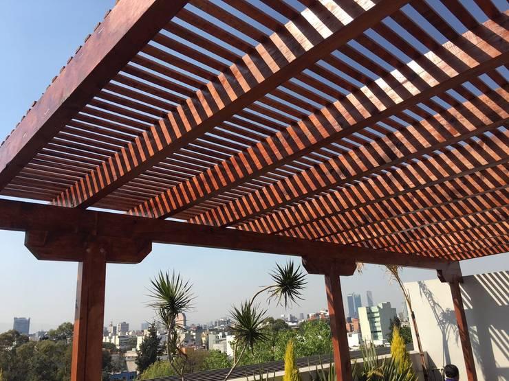 Pérgola y marimbado de madera. Tlalpan: Terrazas de estilo  por Materia Viva S.A. de C.V.