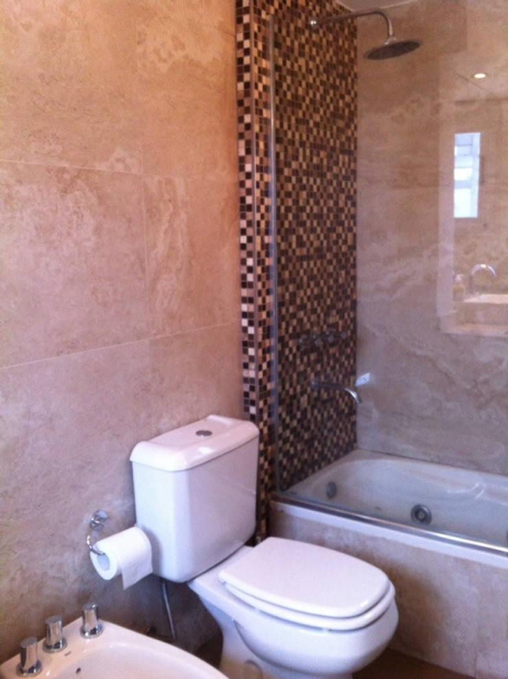 REMODELACION DEPARTAMENTO EN CABALLITO: Baños de estilo  por Arquitecta MORIELLO,