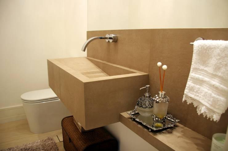 Lavabo com lavatório em porcelanato: Banheiros modernos por Moussi Arquitetura
