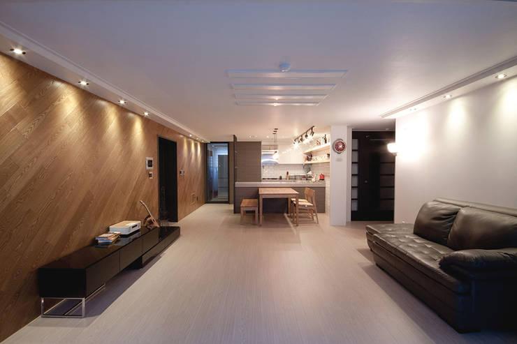 30평대 아파트 인테리어 -  전주 엘드 수목토 아파트 - 디자인투플라이: 디자인투플라이의  거실